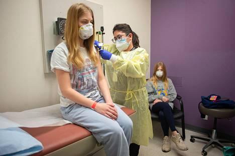14-vuotias tyttö sai pistoksen Modernan koronavirusrokotteen tutkimuksessa helmikuussa Yhdysvaltain Houstonissa. Tutkimuskessa selvitetään rokotteen tehoa ja soveltuvuutta lapsille ja nuorille. Tällä hetkellä rokotetta voi antaa vain 18 vuotta täyttäneille.