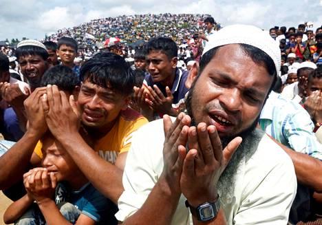 Tuhansia Myanmarin rohingya-pakolaisia osallistui maastapaon kaksivuotistilaisuuteen bangladeshilaisessa Cox's Bazarin pakolaisleirissä elokuussa 2019.