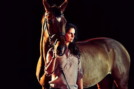 Ratsastaja Jaana Kivimäkeä esittävällä Olga Temosella on itselläänkin ratsastajatausta, ja hän on luontevimmillaan hevosten ympäröimänä.