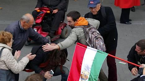 Orbánin ja opposition kannattajat ottivat yhteen juhlallisuuksien aikana.