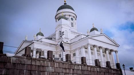 Tuomiokirkon edustalla hyppii Niklas Eränpalo.