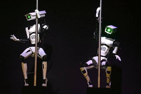 Robotit esittivät tankotanssia ohjelmistoyrityksen osastolla CeBIT-teknologiamessujen aattona Hannoverissa sunnuntaina.