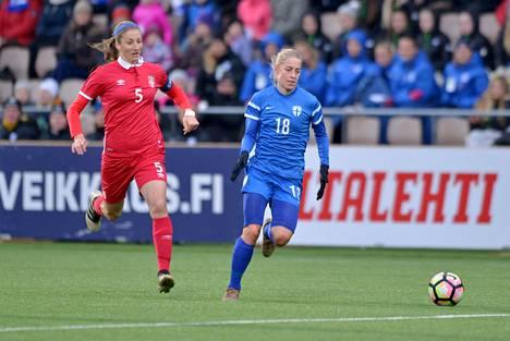 Suomen Linda Sällström pallon kanssa. Takana juoksee Serbian Milica Mijatovic.