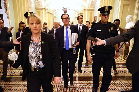 Valtiovarainministeri Steven Mnuchin (kesk.) tiistaina Washingtonissa ennen paketin hyväksymistä.