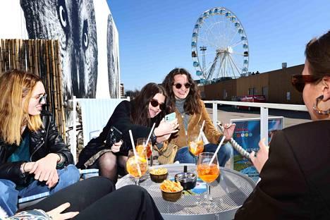 Ravintolat ja terassit aukesivat maanantaina tietyin ehdoin. Vaihto-opiskelijat Anna Maurette, Margaux Guinard ja Alice Hefling juhlivat Mauretten syntymäpäivää Flying Cinema Tourin terasssilla.