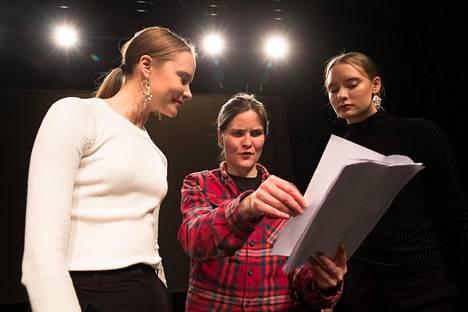 """Festivaalilla Pauliina Feodoroffin (keskellä) kanssa esiintyvät kuvataiteilija Outi Pieskin lapset, Birit ja Katja Haarla. """"Heistä näkee, miten vahvaidentiteettisiä saamelaisnuorista tulee, kun heitä ei yritetä väkisin assimiloida valtakulttuuriin."""""""