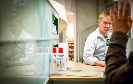 """Farmaseutti Esko Manninen myi e-reseptillä määrättyjä antibiootteja Yliopiston apteekista Helsingin Töölössä. """"Ihmiset ovat tottuneet e-reseptin käyttöön nopeasti."""""""