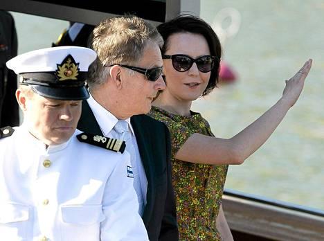 Tasavallan presidentti Sauli Niinistö saapui puolisonsa Jenni Haukion kanssa Naantaliin kesänviettoon lauantaina.