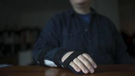 Helsinkiläinen Matti menetti työkykynsä reuman ja erään muun sairauden takia. Käsiä oli erittäin vaikea käyttää, eikä kirjoittamisesta tullut mitään. Hän on yhä toipilas.