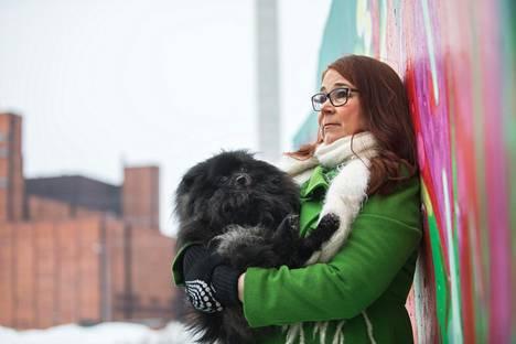 Katri Paavolaiselle eläimet ovat tärkeitä sekä yksityiselämässä että ammatissa. Siksi hänen koiransa Mörkö otettiin mukaan kuviin, vaikka hän onkin terapeutin apulaiseksi vähän liian vilkas.