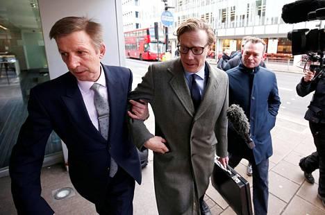Kohun keskellä olevan analytiikkayhtiö Cambridge Analytican toimitusjohtaja Alexander Nix saapui yhtiön Lontoossa sijaitsevalle toimistolle tiistaina.
