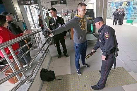 Matkustajaa tarkastettiin Laatokan rautatieasemalla Pietarissa 8. kesäkuuta 2018.