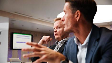 Nordean suurasiakkaista vastaava johtaja Petteri Änkilä (oik.) ja riskiasiantuntija Jarkko Hammarberg esittelevät Nordean yrityksille laatimaa peliä, jossa voi testata valuuttakurssiheilahtelujen vaikutuksia niiden tulokseen.
