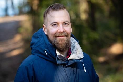 """Syrjälä muutti Karjalohjalle elokuussa 2019. Syy oli työt ja perhe: Syrjällä on aiemmasta suhteesta viisivuotias poika, joka asuu äitinsä kanssa """"melkein naapurissa"""". Syrjälällä on nykyisen vaimonsa kanssa yksivuotias tytär."""