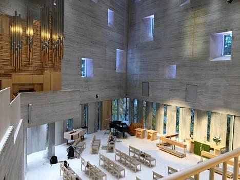 Talvi-iltapäivän sininen hetki. Kirkkosalin tunnelma vaihtelee sisään tulevan valon mukaan. Salin seinällä näkyy betoniin veistetty 3,5-metrinen risti Usko, jota tehostaa kullanvärinen pinnoite.
