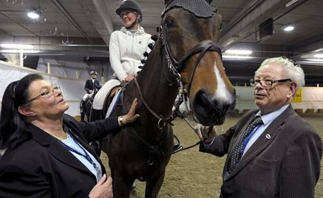 Steward Venla Väätänen ja eläinlääkäri Ilkka Alitalo tarkistivat, että Satu Liukkosen Elektra F -tamman kurkunpään kohdalla kaikki oli kunnossa.