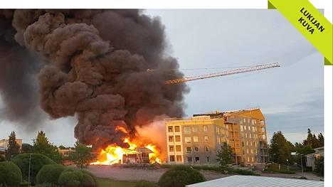 Tulipalo syttyi myöhään sunnuntai-iltana kerrostalotyömaalla Pläsinpellonkujalla Siltamäessä.