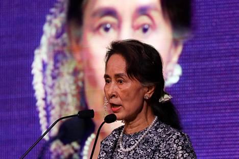 Myanmarin hallitsevan puolueen johtaja Aung San Suu Kyi puhui Aasian maiden yhteistyöjärjestöjn Aseanin talouden alan huippukokouksessa Singaporessa maanantaina.