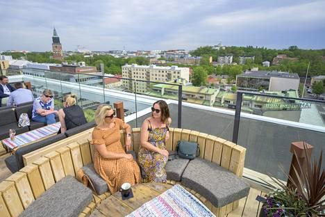 Turun Tuomiokirkkokin näkyy Walo-terassibaarista, joka sijaitsee Wiklundin kiinteistön 9. ja 10. kerroksessa. Terassilla iltapäivää viettämässä Pauliina Hedborg (vas.) ja Maria Ruohonen.