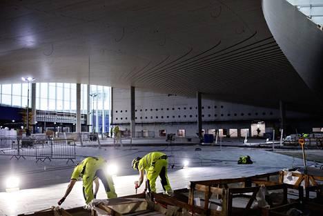 Lentoaseman uudessa lähtöaulassa katto on kuusipuuta ja lattia graniittia. Sisäkaton aallot kuvastavat korkeuskäyriä.