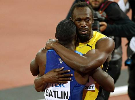 Usain Bolt ja Justin Gatlin halasivat pitkään kilpailun jälkeen.