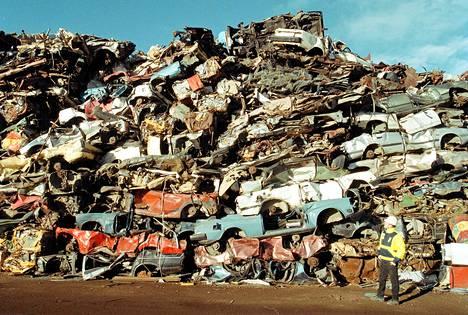 Romutuspalkkio koskee jokaista yli kymmenen vuotta vanhaa autoa, ja niitähän Suomesta löytyy: noin puolet koko autokannasta on sellaisia. Kuvassa Kuusikoski Oy:n pakattua autonromua ja metallia Heinolassa.