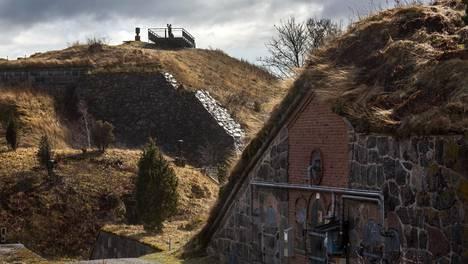 Taidetta nähdään Helsingin Vallisaareen vanhoissa rakennelmissa.