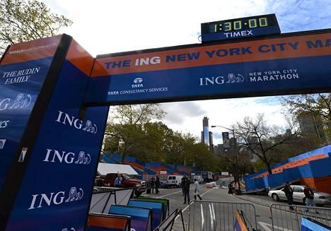 Maratonin maaliviivaa valmisteltiin vielä perjantaina päivällä New Yorkissa.