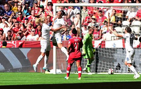 Englannin Lucy Bronze (toinen vasemmalta) juhlii Kanadaa vastaan puskemaansa 2-0-maalia.