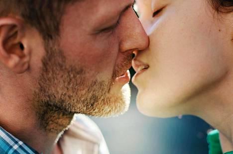 Näyttelijät ovat joutuneet jopa suutelemaan kuvauksissa, hälyttävästä koronatilanteesta huolimatta.
