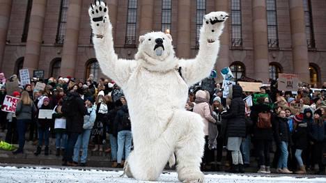 Jääkarhuksi sonnustautunut aikuinen huudatti tammikuussa nuoria, jotka olivat koululakossa ja osoittivat mieltään ilmastonmuutoksen torjumiseksi Helsingissä. Tuoreen kyselyn mukaan nuoret kokevat eniten ilmastoahdistusta.