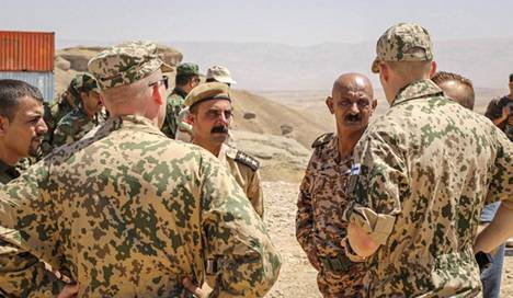 Suomalaisia sotilaskouluttajia Irakissa.