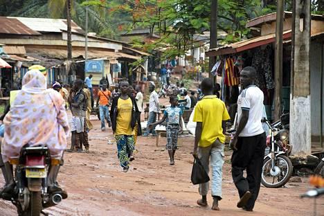Paikalliset kulkivat Keski-Afrikan Bambarissa keskiviikkona.