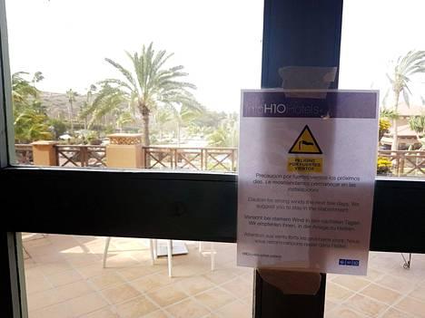 Sunnuntaina Costa Adeje Palacen ovella varoitettiin turisteja kovasta tuulesta.