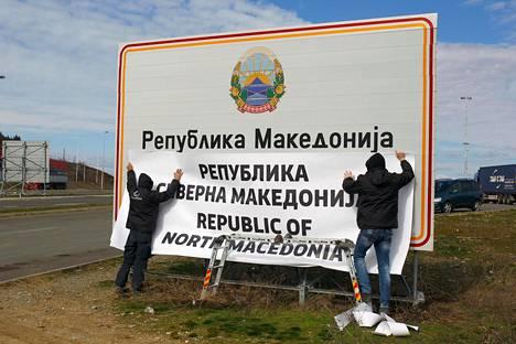 Pohjois-Makedonian ja Kreikan rajalla tehtiin kylttiin nimenvaihto, kun Pohjois-Makedonia otti uuden nimensä virallisesti käyttöön helmikuussa.