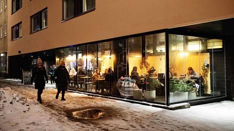 Ihmiset istuivat iltaa ravintolassa Helsingissä 29. tammikuuta 2021.