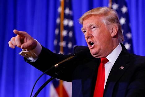 """""""Hiljaa"""", totesi Donald Trump lehdistötilaisuudessaan uutiskanava CNN:n toimittajalle."""