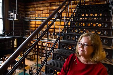 Kirjaa tehdessään Mai Tolonen vietti paljon aikaa Kansallisarkistossa. Hän etsi tietoa amerikansuomalaisten vaiheista ja myös kirjoitti siellä romaaniaan.