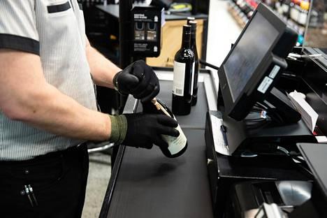 Alkoholin myynti Suomessa väheni viime vuonna. Myös alkuvuoden aikana myynti on tippunut.
