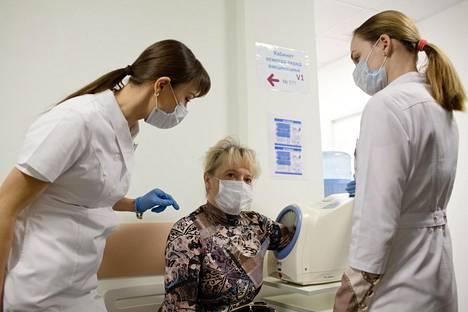 Tatjana Motšalovan verenpaine mitattiin ennen rokotusta.