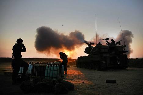 Israelilaissotilaat ampuvat kohti Gazaa 21. heinäkuuta.