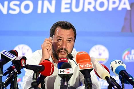Italian sisäministeri Matteo Salvini puhui lehdistötilaisuudessa Milanossa Italiassa sunnuntaina.