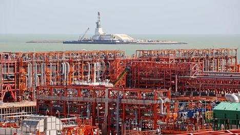 Öljynjalostamo Kazakstanissa. Kaspianmerta ympäröivät maat ovat päässeet sopuun sisämeren sekä sen kaasu- ja öljyesiintymien laillisesta asemasta.