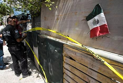 Poliisi eristi rikospaikan Cancunin turistialueen lähellä maanantaina.