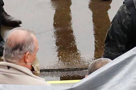 Kuvan vasemman alalaidan henkilö, jonka uskotaan olevan Michael Taylor, luovutettiin Japanin viranomaisille Naritan lentoasemalla tiistaina.