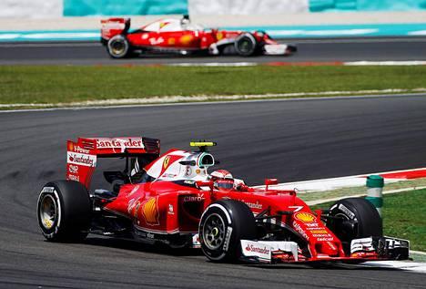 Ensimmäisissä harjoituksissa Kimi Räikkösen taakse jäänyt Sebastian Vettel (takana) oli toisissa harjoituksissa Ferrari-kaksikosta nopeampi.