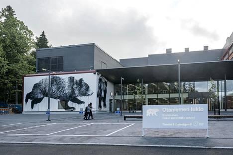 Elokuussa aloittanut Otaniemen lukio sijaitsee aivan Aalto-yliopiston metroaseman vieressä. Seinää koristaa kuvataiteilija Jussi TwoSevenin Otakarhu-maalaus.