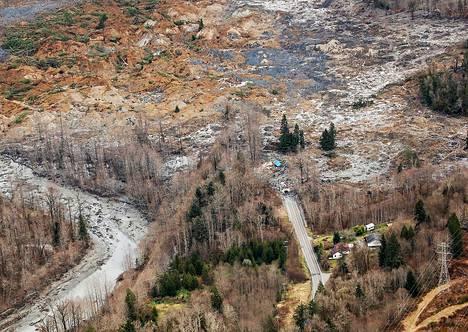 Oson kapungissa sijaitseva tie 530 on katkennut valtavan mutavyöryn tuhottua rinteen Yhdysvalloissa. Ilmakuva on kuvattu maanantaina.