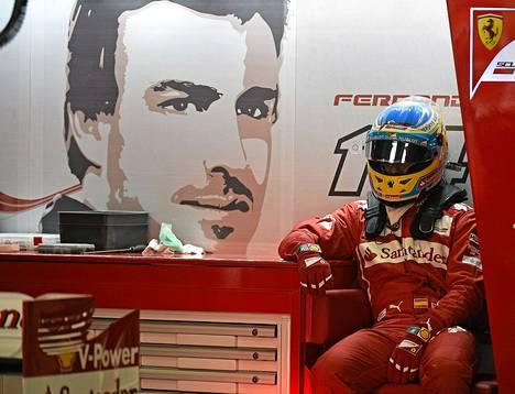 Fernando Alonso istui Ferrari-tallin pilttuussa kolmansien harjoituksien aikana lauantaina.