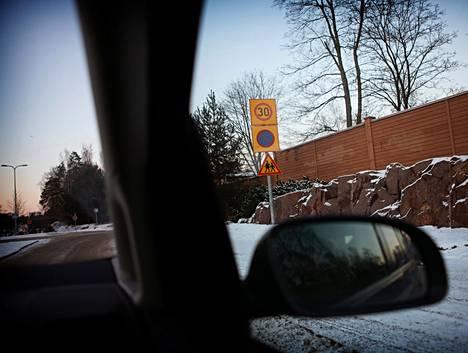 Pysäköintikieltoalueen aloittava merkki livahtaa helposti ohi kaupunginosaan saapuessa. Alue jatkuu, kunnes ohittaa sen päättymisestä kertovan merkin.